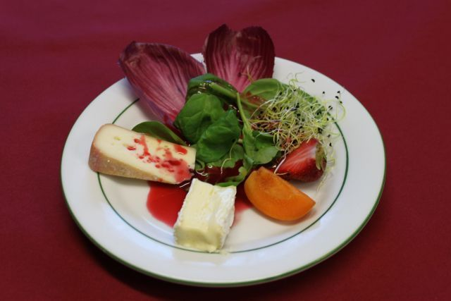 Duo de fromages sur salade gourmande